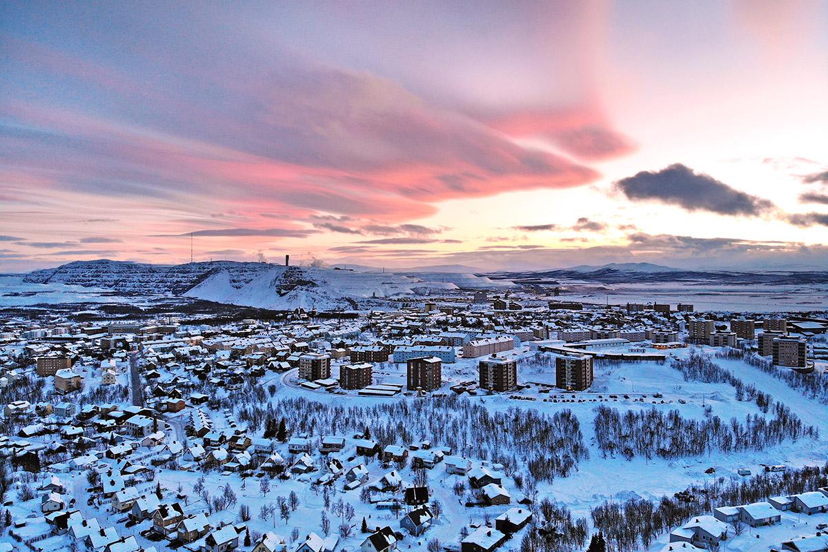 Drönarbild av Kirunagruvan och Kebnekaise i solnedgång en vinterdag